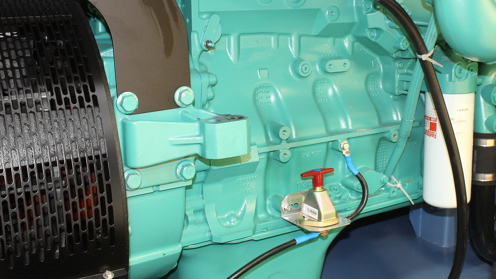 Engine Block and Battery Isolator on 550kVA Cummins genset